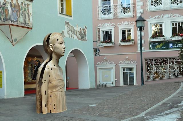 Während der Grödner Biennale zieren moderne Holzskulpturen die Fußgängerzone von St.Ulrich.