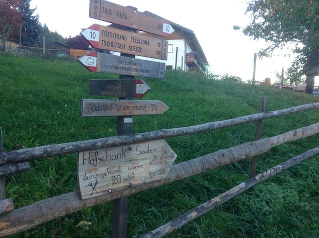 Wegweiser im Eisacktal: Wandern können hier weder verhunggern, noch verdursten, Foto: Heiner Sieger