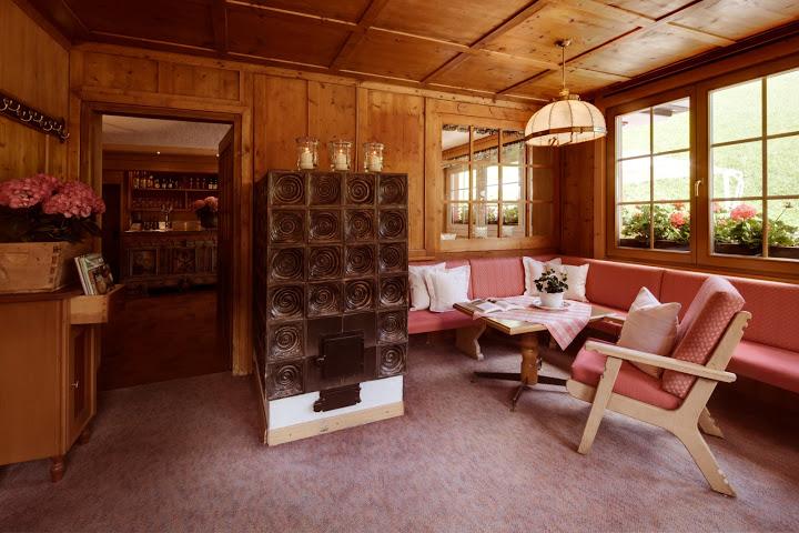 Gemütloche Stube mit Kachelofen im Berghotel Ladinia; Foto: Heiner Sieger