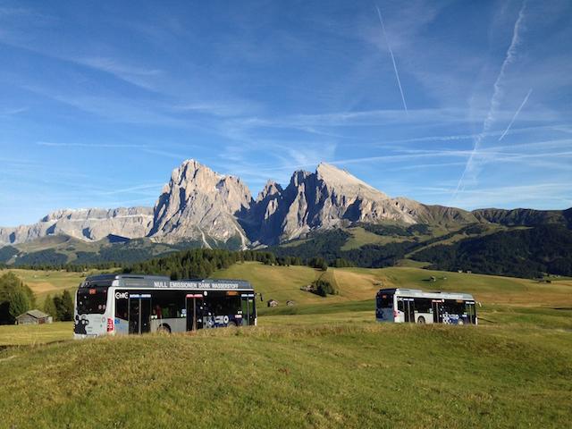 Wasserstoffbusse vor dem Langkofel: Südtirol ist in Europa regionaler Vorreiter beim Einsatz der Wasserstof-Technologie, Foto: BLS