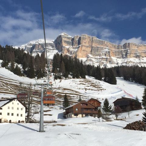 Skifahren vor traumhaftem Panoram - auch das ist eine der einzigartigen Seiten von Alta Badia; Foto: hans-Herbert Holzamer