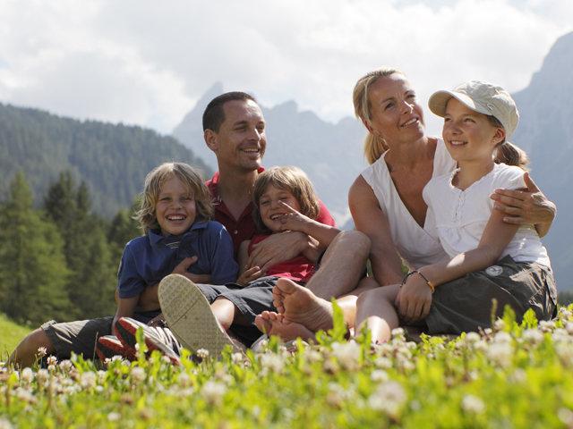Im Frühjahr ist die Natur ein Tummelplatz für KInder auf Entdeckungstour, Foto :Familienhotels