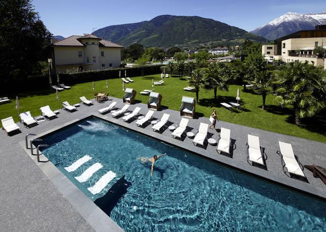 Gartenpool mit Blick ins Vinschgau, Foto: Hotel Therme Meran