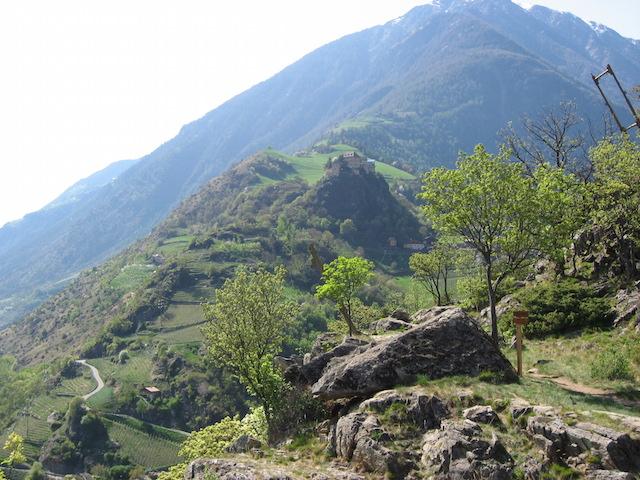 """""""Wallburgweg"""", Traumblick auf Schloss Juval; unterhalb, der Ort Naturns; hier endet der Weg, man steht vor der Schlucht ins Schnalstal; Bild Heidi Kjaer, eigens Foto"""