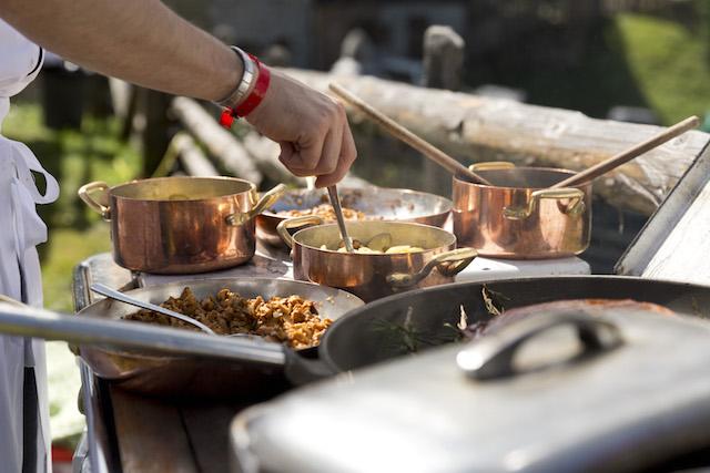 """Ausschließlich Holzherde und offene Feuerstellen dienen den Kuchenchefs von """"the unplugged taste"""" auf der Gompm Alm als Hitzequelle; Foto Gompm Alm:Damian Pertoll"""