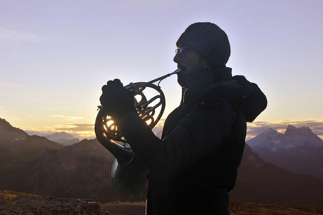Unter anderem musiziert Mario Brunello zum Sonnenaufgang am 18. Juli um sechs Uhr morgens auf dem Col Margherita zusammen mit vier weiteren Cellisten und dem amerikanischen Trompeter Dave Douglas, Foto: Trentino Marketing; Giovanni Cavulli