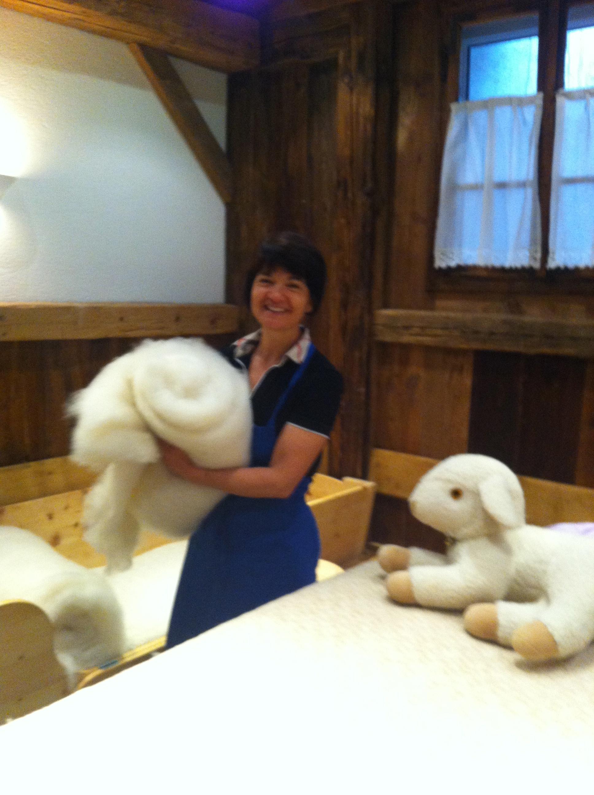 Margit Rottensteiner behandelt ihre Gäste am Weidacherhof  mit wohltuender Wolle, Foto: Weidacherhof