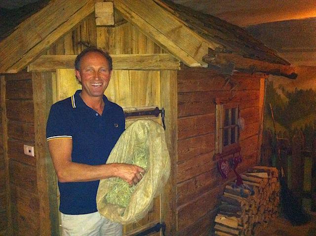 Martin Busin bietet am Stegerhof gesunde Heubäder, Foto: Heiner Sieger