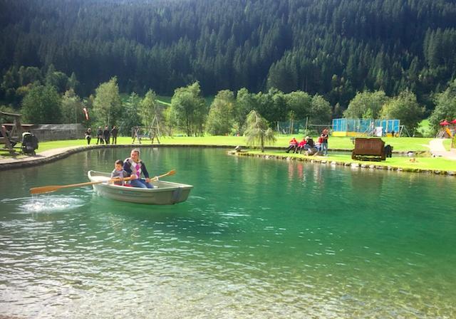 Im Sommer basden, im Herbst rudern, im Winter Schlittschuhlaufen: Den Quellwasserteich des Hotels Schneeberg können Gäste vielfältig nutzen, Foto: Heiner Sieger