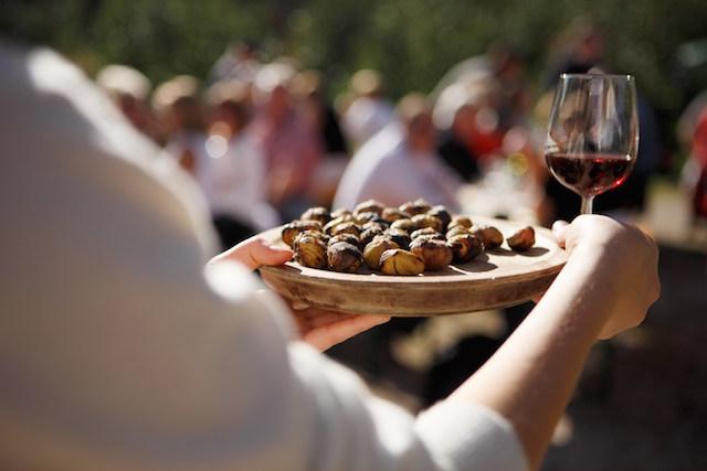 Köstliche Hernstnahrung: Duftende Ketschn und ein Glasl Roten, Foto: Marketinggesellschaft Meran für Tourismusverein Lana und Umgebung, Foto: Frieder Blickle