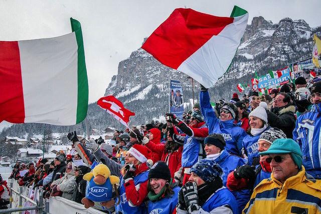 Begeisterung am Rand der Piste bei den Weltcup-Rennen in Alta Badia; Foto: Dolomiti SuperSki/Press Alta Badia