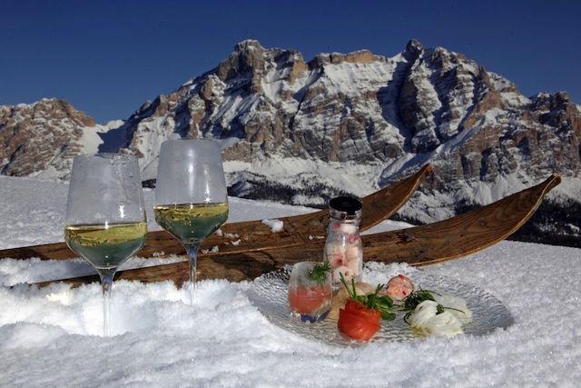 Auf den Hütten der Dolomiten lockt Genuss umgeben von bizarren Gipfeln; Foto: Dolomiti Superski/Press Alta Badia
