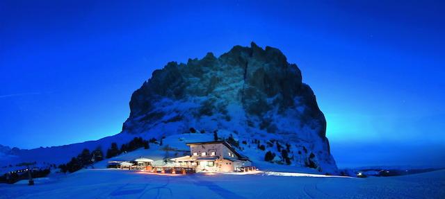 Romantisch: Die Comici-Hütte am Langkofel bei winterlicher Abenddämmerung; Foto: Dolomiti SuperSki/Press Alta Badia