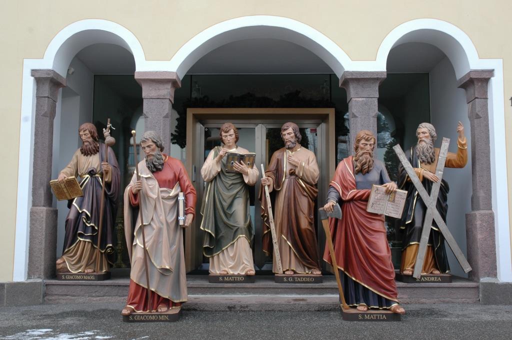 Eine Gruppe mit Aposteln – geschnitzt in der Werkstatt Stuflesser in Gröden.