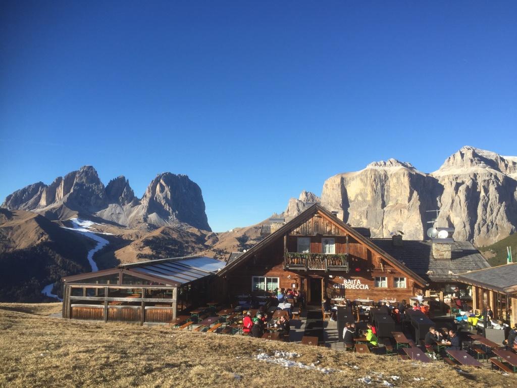 Skihütte mit Wow-Effekt: Die Baita Gherdeccia vor der Kulisse von Langkofel und Sella; Foto: schönessüdtirol.de/Heiner Sieger