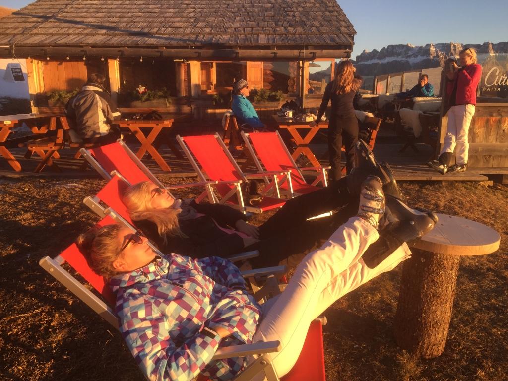 """Die letzten Sonnenstrahlen eines erfüllten Skitages sind die Schönsten - zu genießen auf der Curona-Hütte an der """"La Longia""""-Piste nach St. Ulrich; Foto: schönessüdtirol.de/Heiner Sieger"""