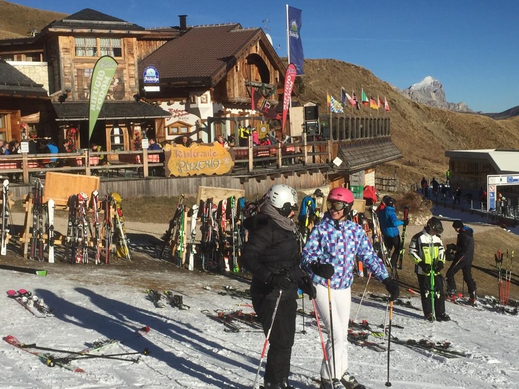 Für Starter in Wolkenstien liegt die Fodom-Hütte etwa auf der Hälfte der Sellaronda und lockt mit Panoram und knusprig-frischer Holzofen-Pizza; Foto: schönessüdtirol.de/Heiner Sieger