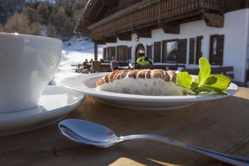 Ein jahrhundertealtes Rezept, von jedem Hüttenwirt im Vinschgau anders interpretiert – die süße Vinschger Schneemilch; Foto: Vinschgau Marketing/Frieder Blickle