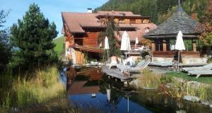 Schwitzhütte, Naturteich und Bachwasserfall  bietet der Lüsener Hof im Südtiroler Lüsener Tal, Foto: Heiner Sieger