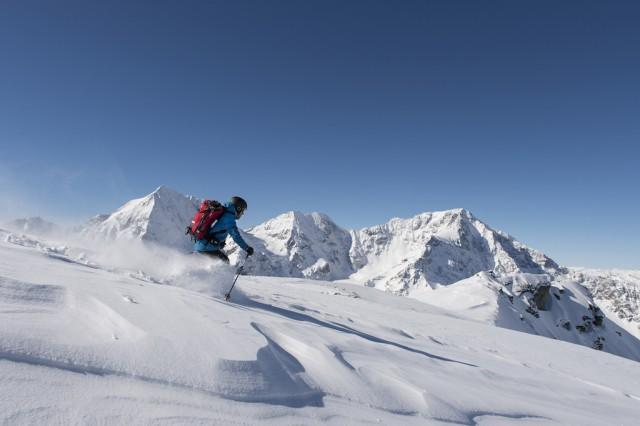 Powderpisten im Angesicht der Ortlergruppe charakterisieren das Gletscherskigebiet Sulden im Vinschgau. Bildnachweis: Vinschgau Marketing_Thomas Grüner
