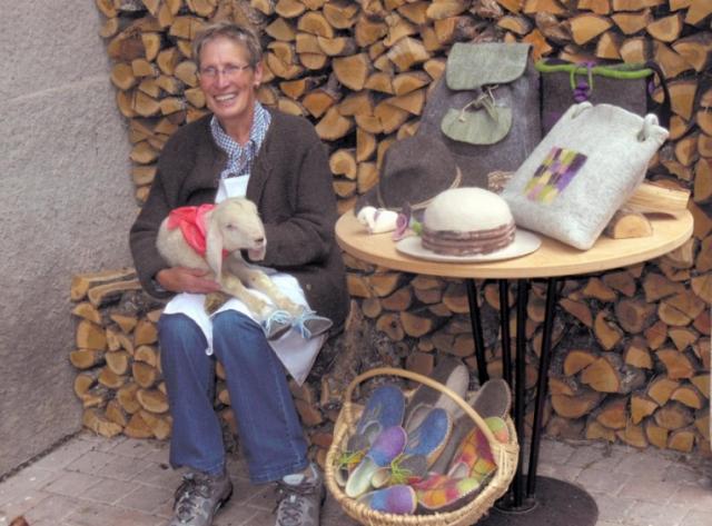 Rita Amort vom Amorthof in Altrei fertigt Filzprodukte aus der Wolle der eigenen 30 Schafe; Foto: Roter Hahn