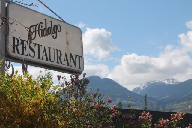 Hinter dem unscheinbaren Schild verbrigt sich ein großartiges Restaurant, Foto: Heiner Sieger/schönessüdtirol.de
