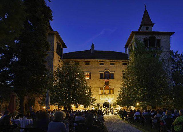 Auch an lauschigen Plätzen, in Weingütern und Höfen, erklingt moderner Jazz; Foto: SJF