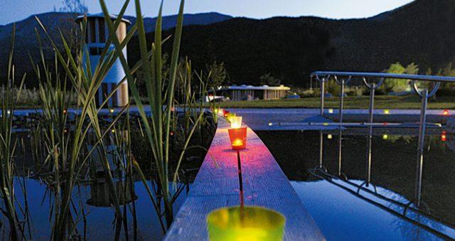 An lauen Sommerabenden werden auch romantische Feste gefeiert; Foto: Naturbad Gargazon
