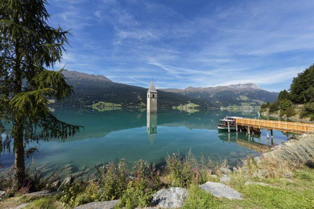 Mit sechs Kilometern Länge und 120 Millionen Kubikmeter Stauvolumen ist der Reschensee Südtirols größter Wasserspeicher. Foto Vinschgau Marketing/Frieder Blickle