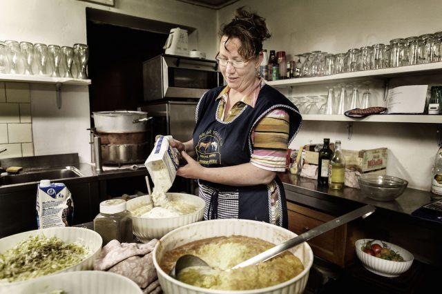 Auf der Preghena-Alm können Urlauber mit der Bäuerin alte Rezepte kochen; Foto: Danile Lira