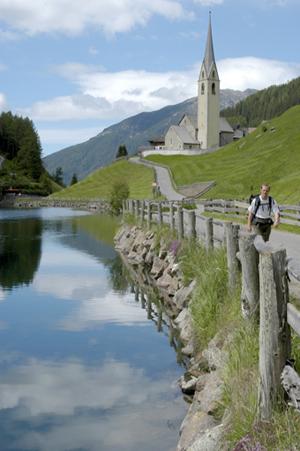 Weiter hinten im Tal kommt der Durnholzer See mit der Kirche zum heiligen Nikolaus zum Vorschein