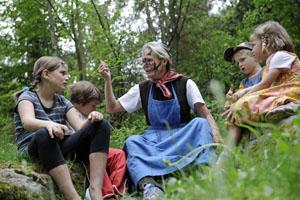 Hexe Martha verzaubert die Kinder. Foto: Seiser Alm Marketing