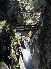 Gilfenklamm: In der Gilfenklamm rauscht das Wasser tosend ins Tal.