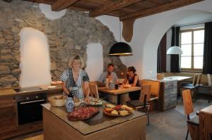 Zum Frühstück gibts im Obergluniger Hof immer leckere frische Apfelsäfte, tee aus dem Kräutergarten und selbst gebackene Kuchen, Foto: Obergluniger