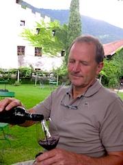 """Franz Graf Pfeil mit einer Eigenschöpfung, dem roten """"Heilos"""", Foto: Heiner Sieger"""