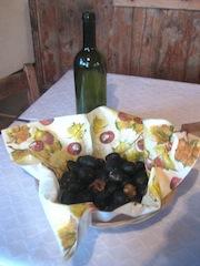 Frisch gebratene Kastanien und ein frischer Rotwein dazu sind ein rechter Törggelen-Genuss, Foto: Heiner Sieger