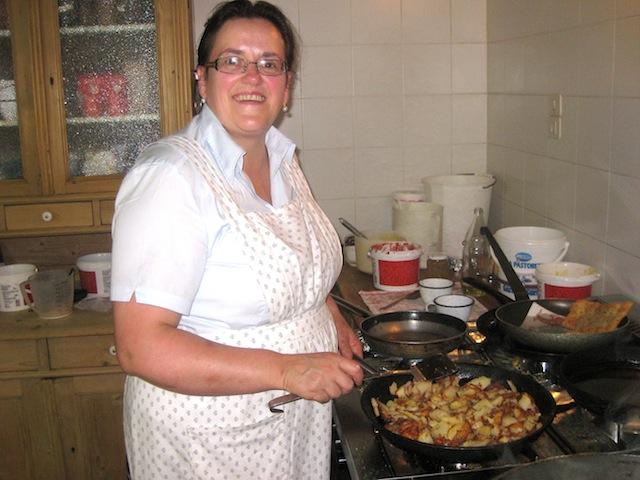 Martha Thaler kocht im Zmailerhof oberhalb von Schenna köstlich auf; Foto: Heiner Sieger