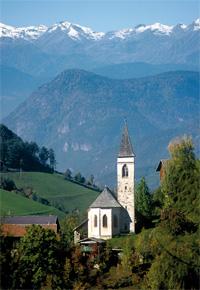 Ausgangpunkt der herrlichen, unbeschwerlichen Wanderung ist der Kirchlein St. Kathrein bei Völser Aicha. Foto: Helmuth Rier