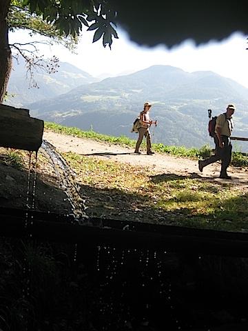 Vorbei an plätschernden Bächen und Wiesen zieht sich der Keschtnweg, Foto: Heiner Sieger