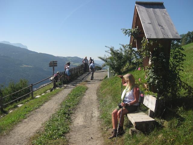 Unternm Marterl lassen sich Rast und Bergpanorama bestens genießen, Foto, Heiner Sieger