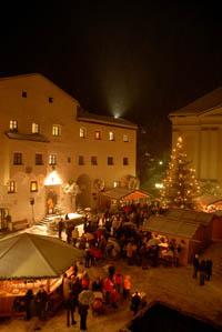 Auf dem höchst gelegenen Weihnachtsmarkt in Südtirol, in Kastelruth, ist an drei Wochenenden jede Menge geboten. Foto: Wilde&Partner