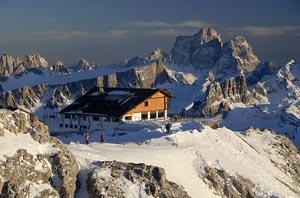 Ein gewaltiges Bergmassiv erwartet den Skifahrer rund um Cortina. - Foto: Dolomiti Superski