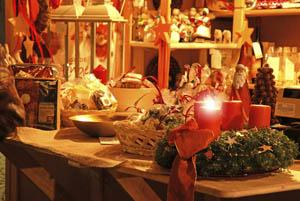 Ein Adventskranz schückt die Auslage dieses Weihnachtsstandes. Fotot: Tourismusverein Sarntal