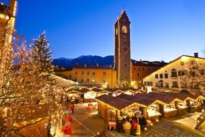 Der Zwölferturm beherrscht das Ensemble des Sterzinger Weihnachtsmarktes.