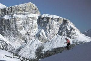 Ein gigantischer Anblick: die Pordoispitze. Wer ganz genau hinsieht, wird oben in der Mitte die Seilbahn erkennen, die maximal 65 Personen in nur vier Minuten vom Pordoisattel zum Felsplateau auf den Gipfel bringt.