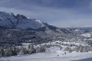 Im Sommer ein Golfplatz, im Winter Skipiste: Am Karersee kommt keine Langeweile auf. - Foto: Tourismusverband Rosengarten-Latemar