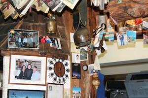 Die Gaststube der Fallmur Alm ist voller Erinnerungen an frühere Gäste und Zeiten, Foto: Heiner Sieger