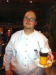Bar-Entertainer Peter vom Sporthotel Alpenrose: Nicht nur wer über Wodka etwas lernen will, ist bei ihm richtig, Foto: Heiner Sieger