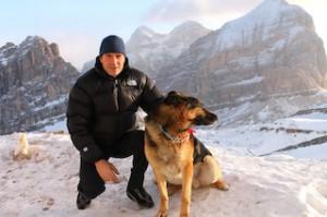Hüttenwirt Guido Pompanin und Schäferhund Toni sind ein unzertrennliches Gespann, Foto: Heiner Sieger