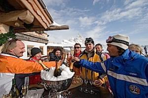 Sofie-Alm:Wo heute die Skifahrer schlemmen, saß früher oft der Luis bei der Hüttenwirtin und genoss den grandiosen Ausblick, Foto: Heiner Sieger